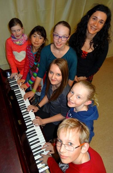 Von links nach rechts: Lena Reiter, Cora Pollerus, Eva Bröderbauer, Julia Auer, Mag. Ana Thalhammer-Cosme, Sophie Bröderbauer, Jonas Lechner;