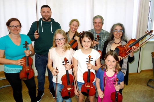 Vorne (von links nach rechts): Kathrin Prammer, Lea Pfannhauser, Conny Prammer; Hinten:  Claudia Prammer, Hr. Pfannhauser, Mag. Ismene Weiss, Alois Karner, Bacchine König;